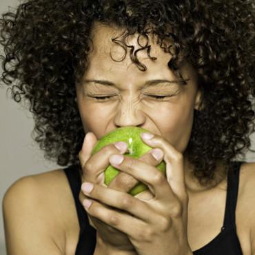 jeune-femme-en-train-de-manger-une-pomme-10892922npjha_2041