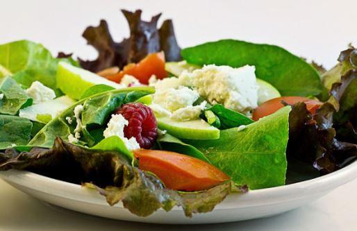 L'erreur que vous commettez en mangeant des crudités et des salades, mais que vous devez éviter à tout prix!