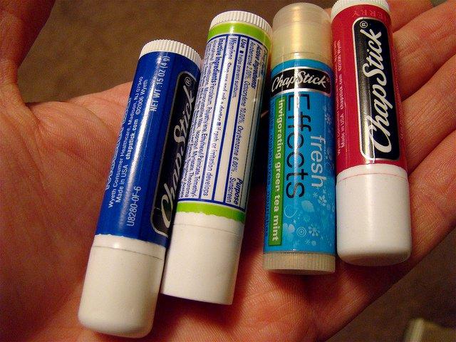 Les produits que vous utilisez pour hydrater vos lèvres gercées pourraient des poisons pour votre santé!