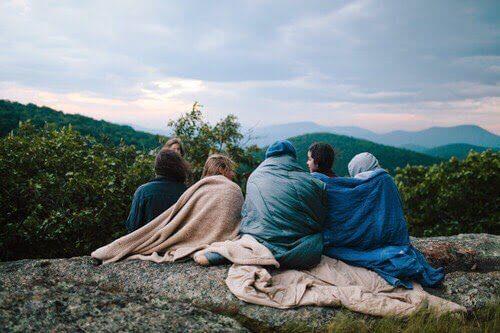 bienfaits du camping : retrouver ses amis