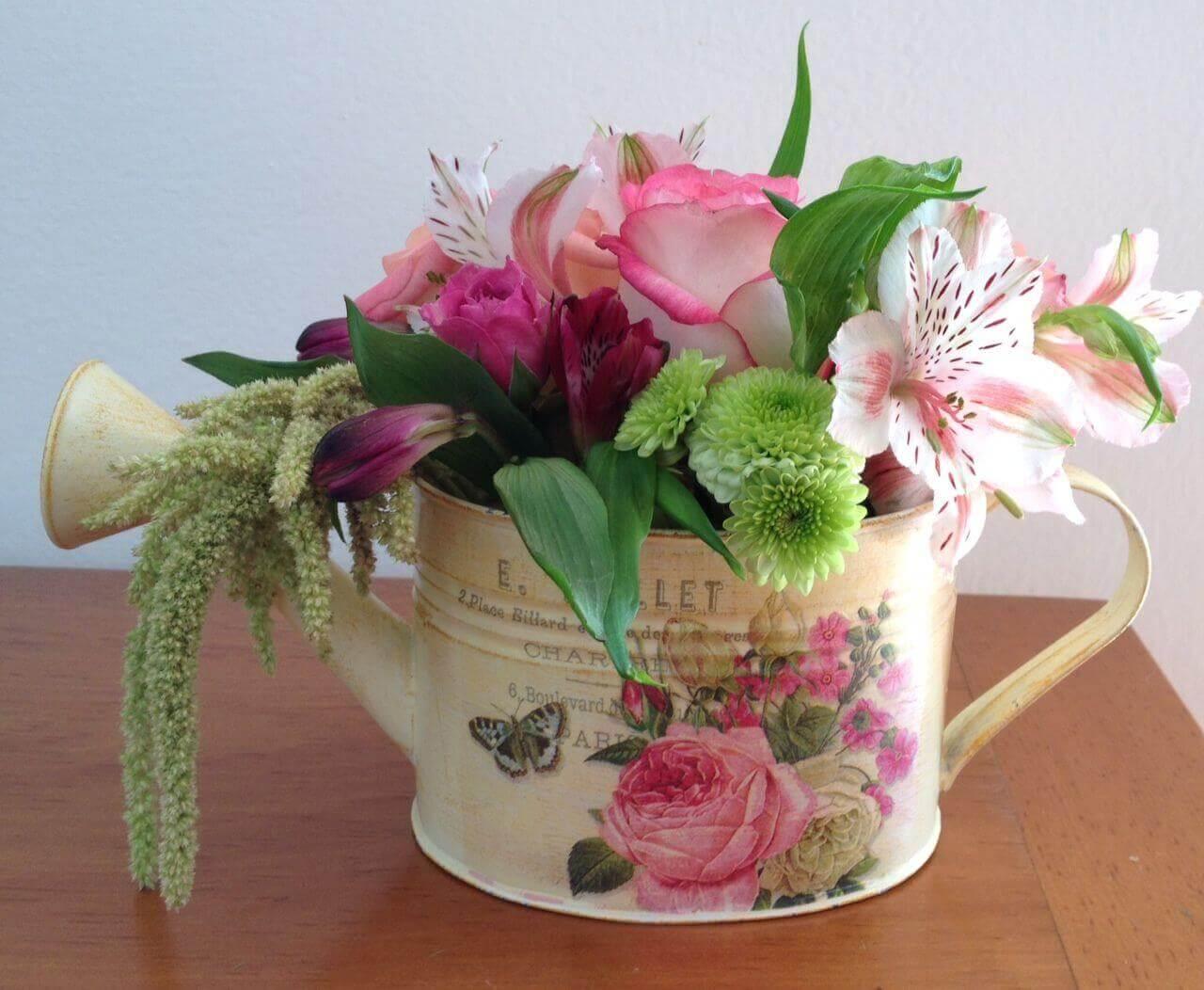 centres de table économiques : arrosoir avec des fleurs