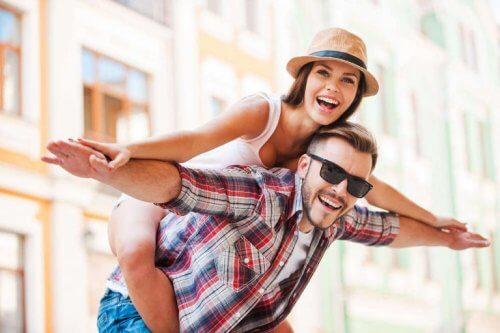 les couples durables rient et s'amusent ensemble