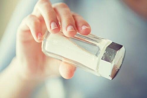 diminuer la consommation de sel pour éviter la perte de cheveux