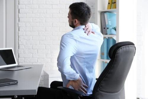 s'asseoir dans la bonne position pour éviter la douleur lombaire