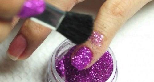 des paillettes roses pour embellir vos ongles