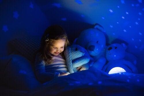 racontez des histoires à votre enfant pour l'aider à lutter contre la peur d'être seul